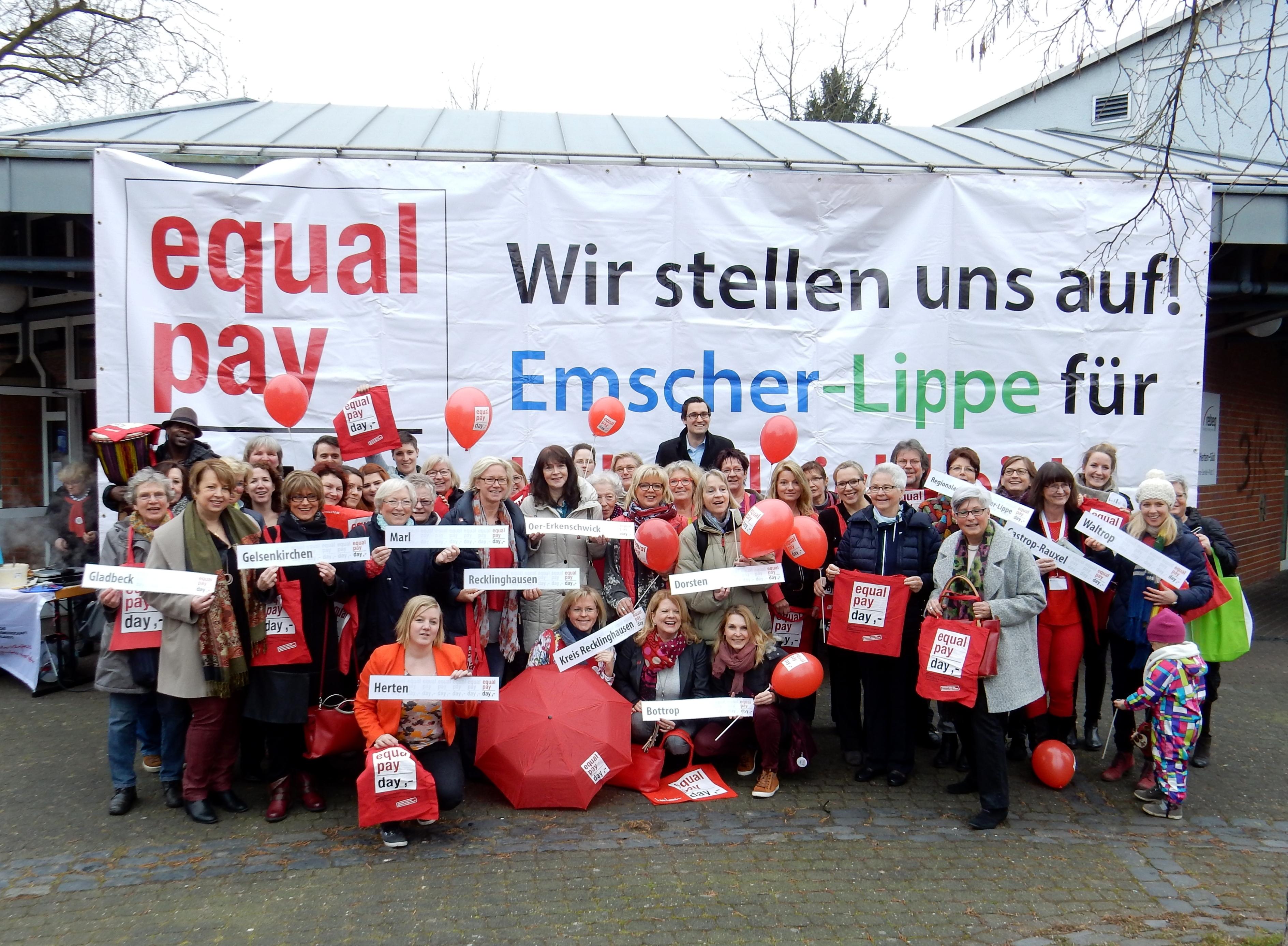 Aufstellung für mehr Lohngerechtigkeit, in diesem Jahr vor dem Bürgerhaus–Herten-Süd am 18.03.2016.