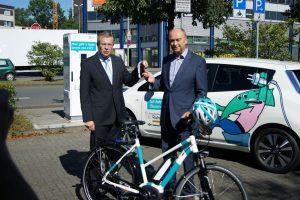 © Innovation City Management GmbH | ELE-Geschäftsführer Dr. Bernd-Josef Brunsbach (links) übergab den Schlüssel symbolisch für den Nissan Leaf an Burkhard Drescher, Geschäftsführer der ICM (links).
